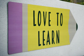 A pencil graphic on the wall saying 'love to learn'